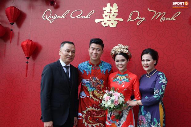 """Cùng thay tới 2 bộ lễ phục trong ngày ăn hỏi, Duy Mạnh - Quỳnh Anh đúng là cặp đôi """"ăn chơi"""" nhất nhì vịnh bắc bộ - Ảnh 1."""