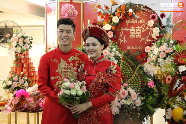 """Cùng thay tới 2 bộ lễ phục trong ngày ăn hỏi, Duy Mạnh - Quỳnh Anh đúng là cặp đôi """"ăn chơi"""" nhất nhì vịnh bắc bộ - Ảnh 5."""