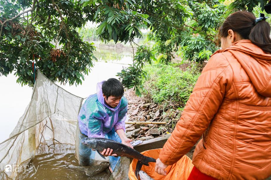 Đeo mặt nạ phòng độc để kho cá ở làng Vũ Đại - bí quyết vượt ải mùa Tết 2020 của những nồi cá bạc triệu - Ảnh 2.