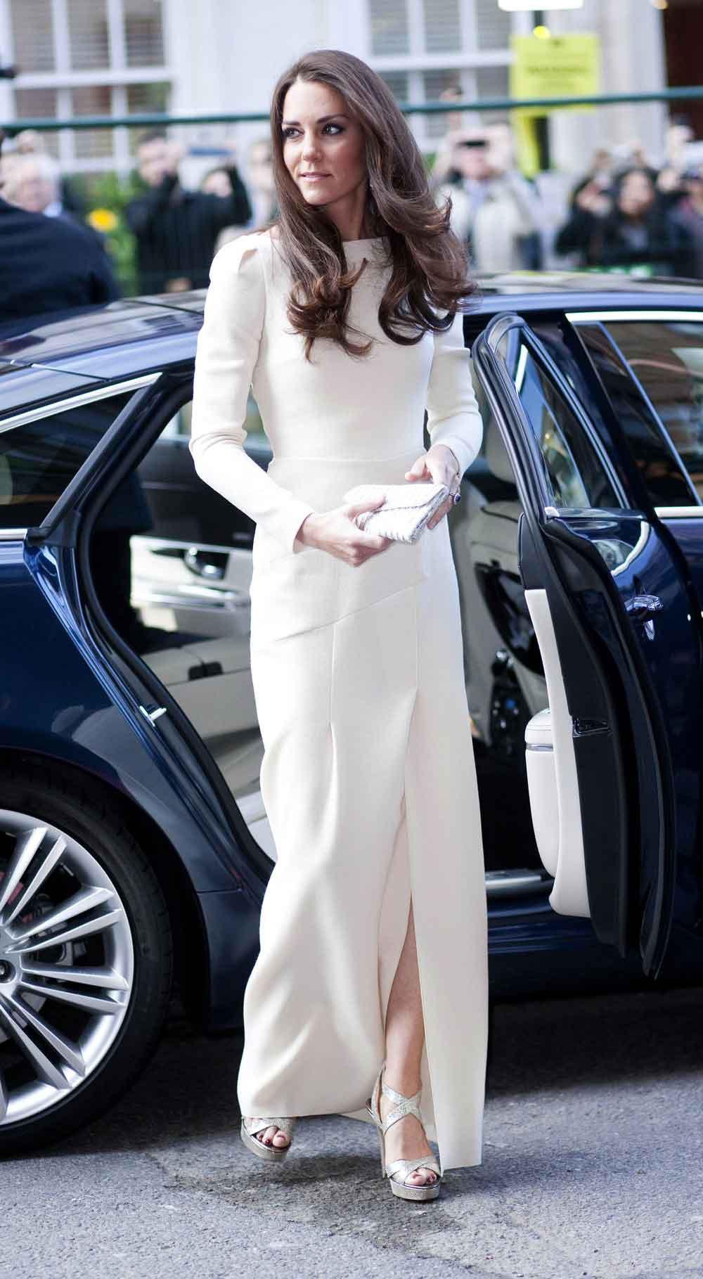 """Nổi tiếng dung dị, nhưng hóa ra Công nương Kate Middleton cũng từng phá luật """"chất chơi"""" nào kém Meghan Markle - Ảnh 1."""