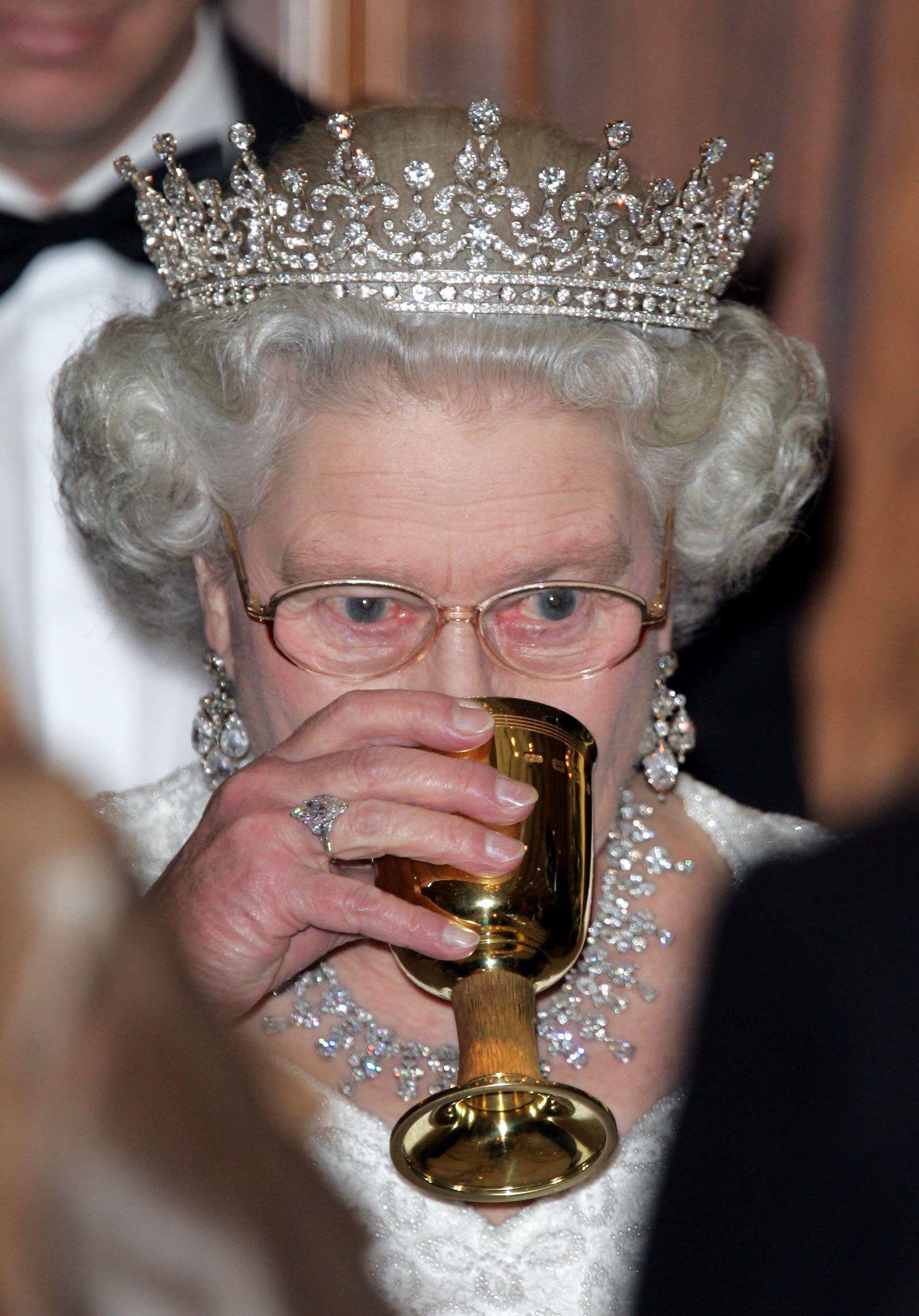 """Nổi tiếng dung dị, nhưng hóa ra Công nương Kate Middleton cũng từng phá luật """"chất chơi"""" nào kém Meghan Markle - Ảnh 3."""