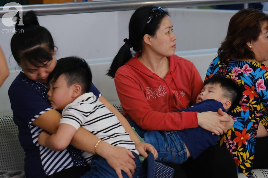 Sân bay Tân Sơn Nhất đông nghẹt: Trẻ em ngủ gục, người lớn cầm sẵn hoa chờ đón Việt kiều về nước ăn Tết - Ảnh 6.