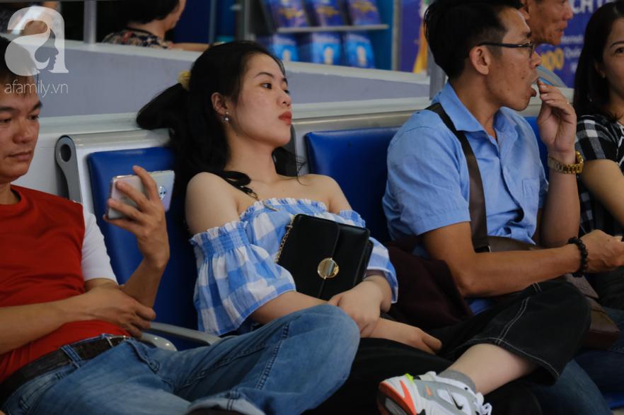 Sân bay Tân Sơn Nhất đông nghẹt: Trẻ em ngủ gục, người lớn cầm sẵn hoa chờ đón Việt kiều về nước ăn Tết - Ảnh 9.