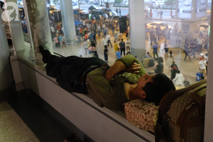Sân bay Tân Sơn Nhất đông nghẹt: Trẻ em ngủ gục, người lớn cầm sẵn hoa chờ đón Việt kiều về nước ăn Tết - Ảnh 5.