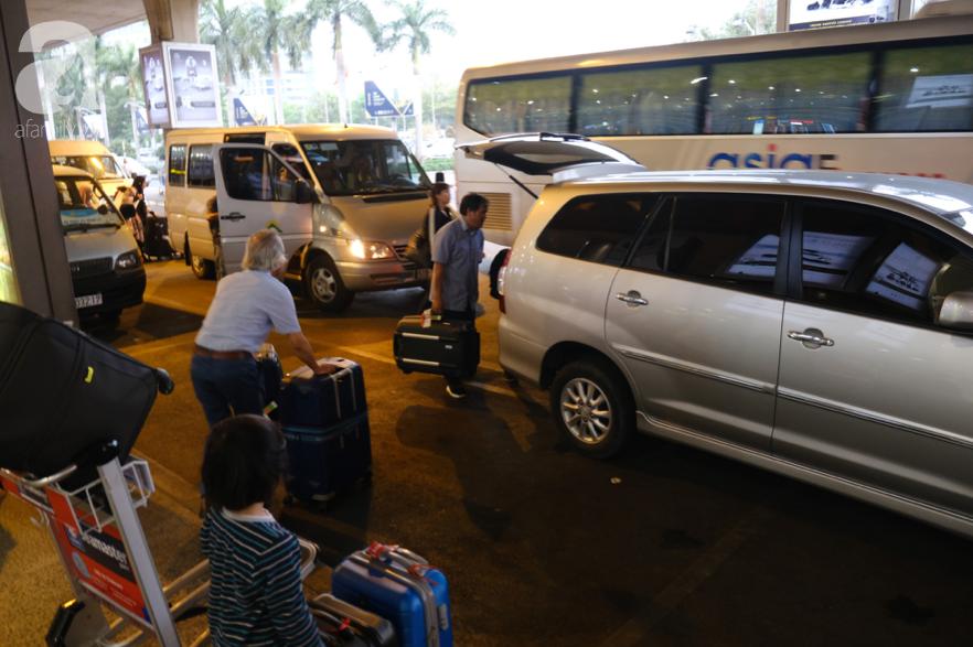 Sân bay Tân Sơn Nhất đông nghẹt: Trẻ em ngủ gục, người lớn cầm sẵn hoa chờ đón Việt kiều về nước ăn Tết - Ảnh 10.