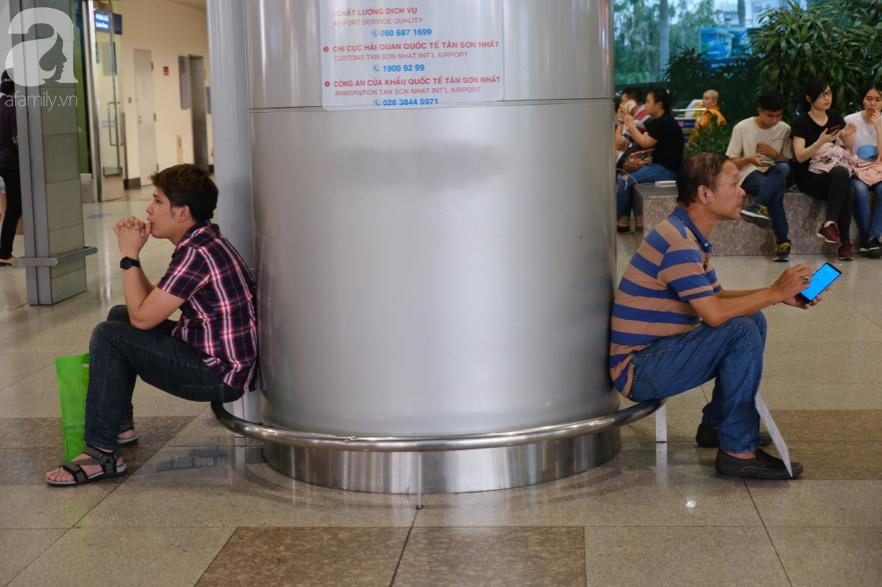 Sân bay Tân Sơn Nhất đông nghẹt: Trẻ em ngủ gục, người lớn cầm sẵn hoa chờ đón Việt kiều về nước ăn Tết - Ảnh 11.