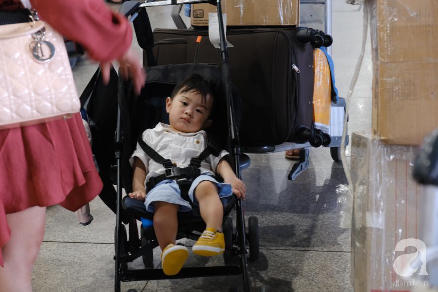 Sân bay Tân Sơn Nhất đông nghẹt: Trẻ em ngủ gục, người lớn cầm sẵn hoa chờ đón Việt kiều về nước ăn Tết - Ảnh 3.