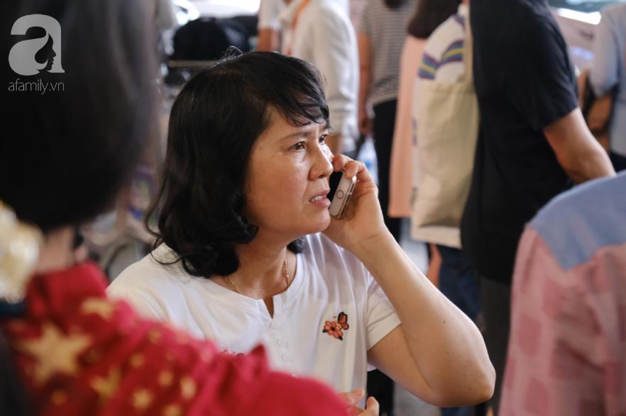 Sân bay Tân Sơn Nhất đông nghẹt: Trẻ em ngủ gục, người lớn cầm sẵn hoa chờ đón Việt kiều về nước ăn Tết - Ảnh 7.