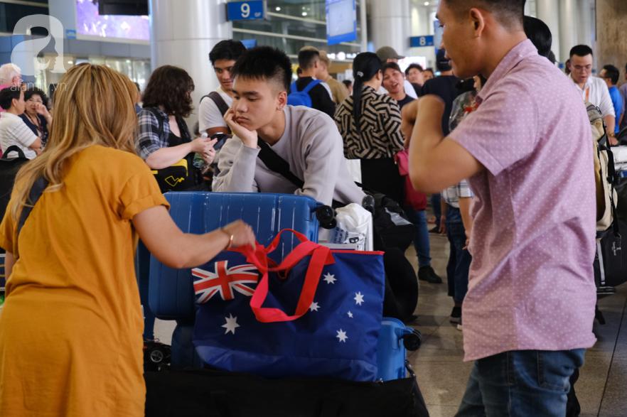 Sân bay Tân Sơn Nhất đông nghẹt: Trẻ em ngủ gục, người lớn cầm sẵn hoa chờ đón Việt kiều về nước ăn Tết - Ảnh 12.