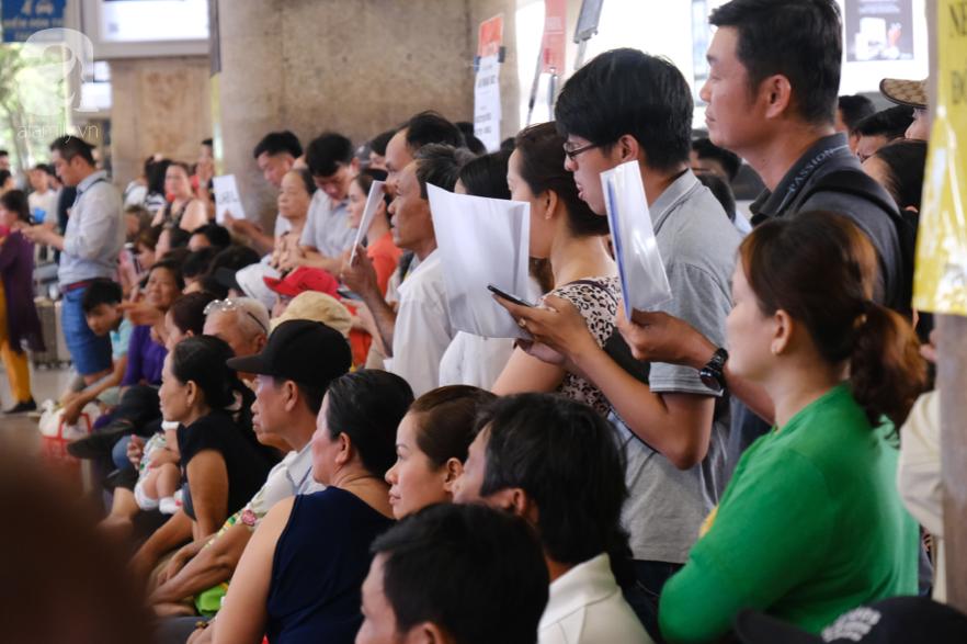 Sân bay Tân Sơn Nhất đông nghẹt: Trẻ em ngủ gục, người lớn cầm sẵn hoa chờ đón Việt kiều về nước ăn Tết - Ảnh 13.