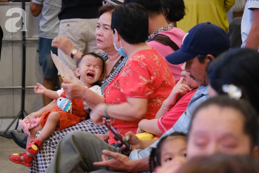 Sân bay Tân Sơn Nhất đông nghẹt: Trẻ em ngủ gục, người lớn cầm sẵn hoa chờ đón Việt kiều về nước ăn Tết - Ảnh 15.