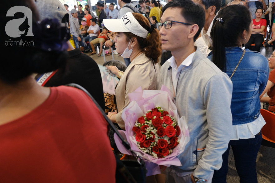 Sân bay Tân Sơn Nhất đông nghẹt: Trẻ em ngủ gục, người lớn cầm sẵn hoa chờ đón Việt kiều về nước ăn Tết - Ảnh 4.
