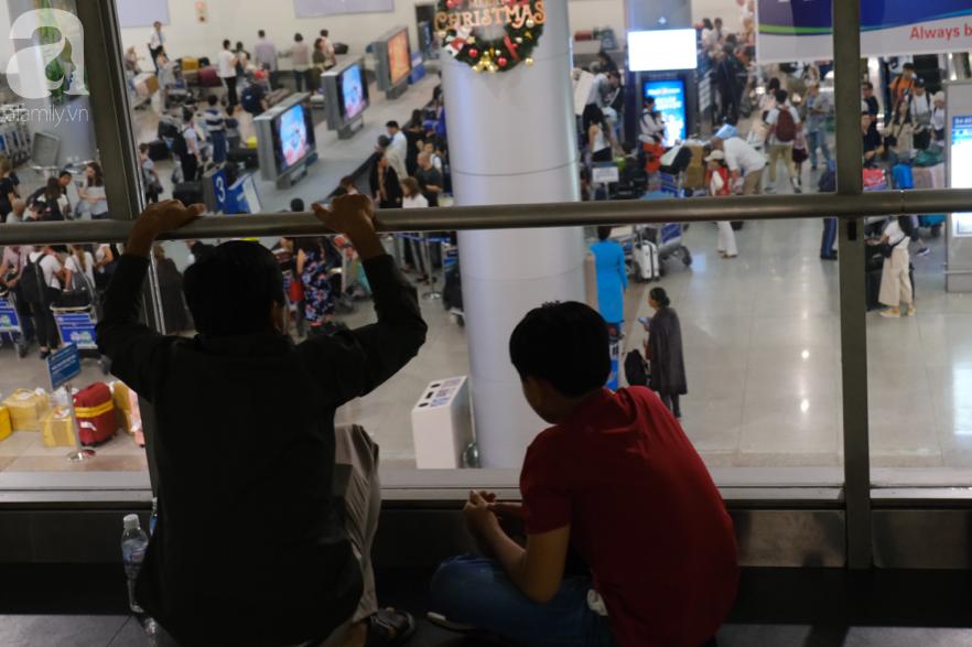 Sân bay Tân Sơn Nhất đông nghẹt: Trẻ em ngủ gục, người lớn cầm sẵn hoa chờ đón Việt kiều về nước ăn Tết - Ảnh 18.
