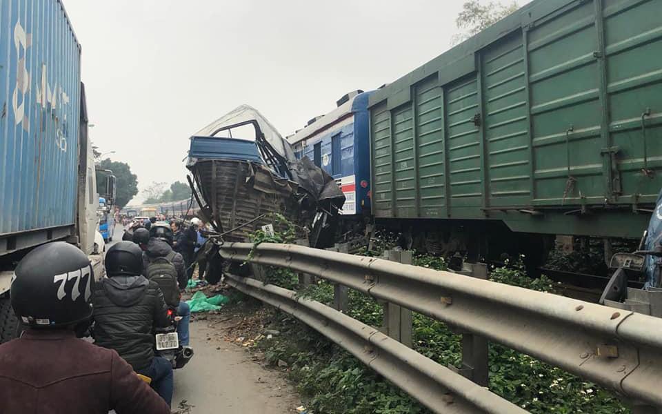 Hà Nội: Một người nguy kịch khi chở cá băng qua đường tàu