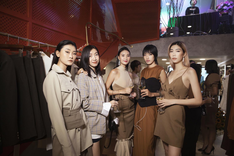 Diva Hồng Nhung điện đầm khoe vòng 1 nóng bỏng ở tuổi 49 đọ sắc cùng siêu mẫu Hà Anh tại sự kiện thời trang - Ảnh 8.