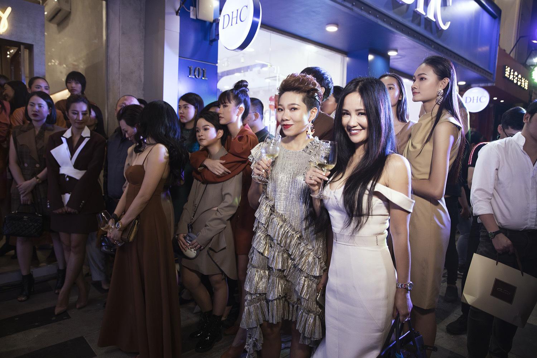 Diva Hồng Nhung điện đầm khoe vòng 1 nóng bỏng ở tuổi 49 đọ sắc cùng siêu mẫu Hà Anh tại sự kiện thời trang - Ảnh 3.
