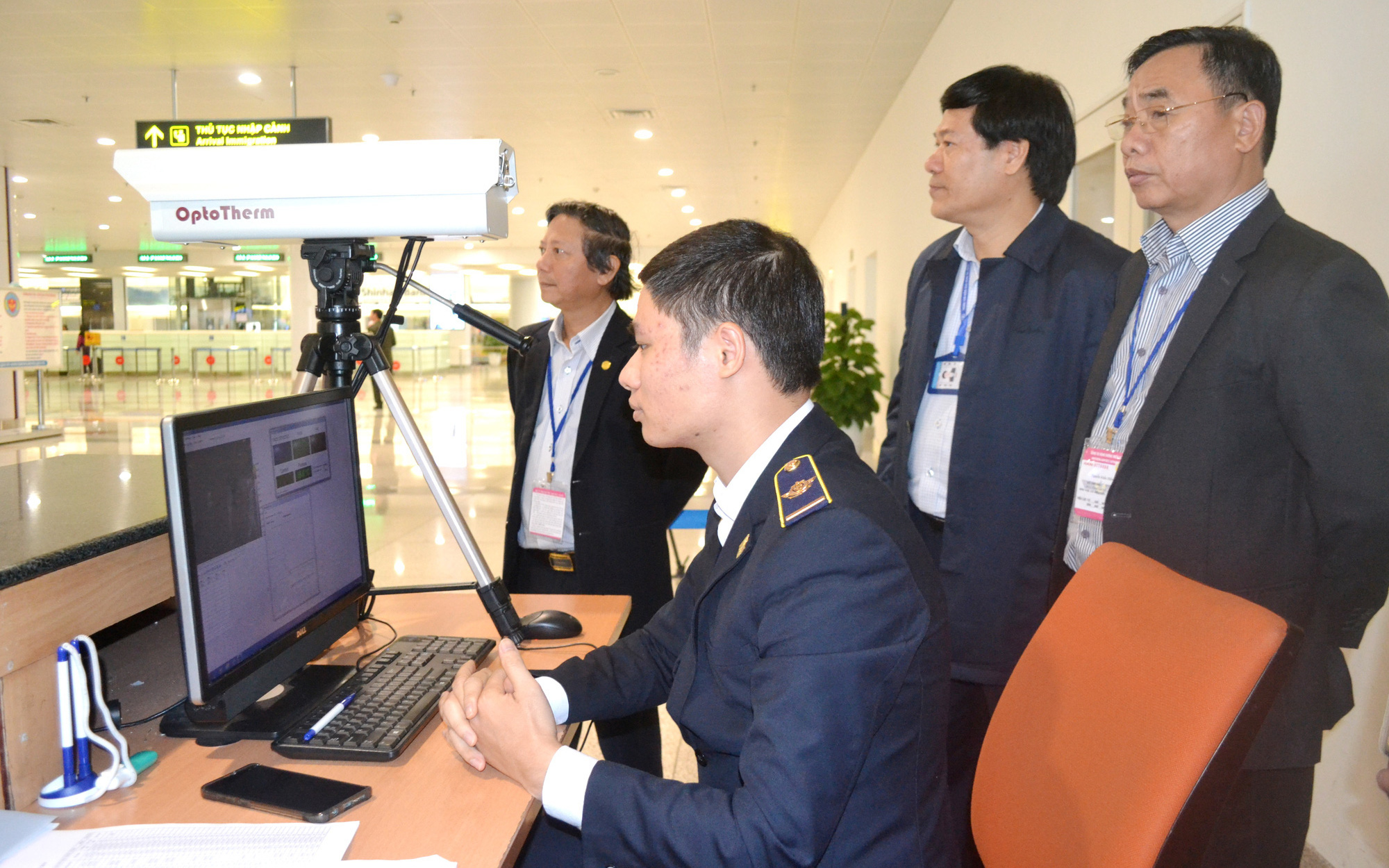 100% hành khách từ Trung Quốc sang Việt Nam đều được giám sát bằng máy đo thân nhiệt và quan sát tình trạng sức khỏe