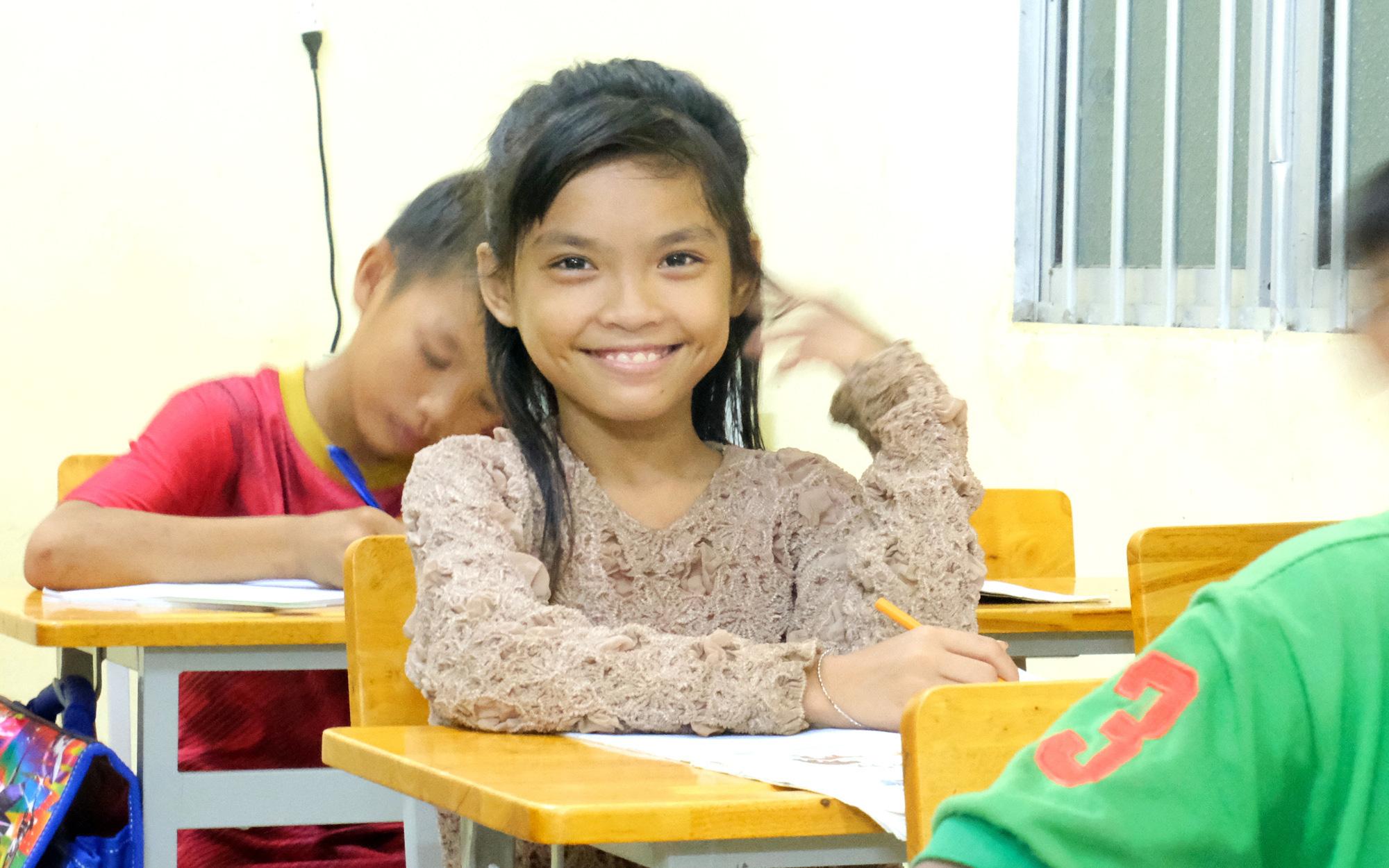 """Lớp học """"đổi đời"""" của trẻ em """"Việt kiều"""" miền Tây"""
