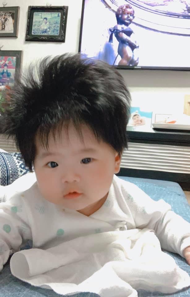 Cô nhóc 3 tháng tuổi có mái tóc dày và xù bông như trẻ 2 - 3 tuổi khiến nhiều người ngỡ ngàng - Ảnh 9.