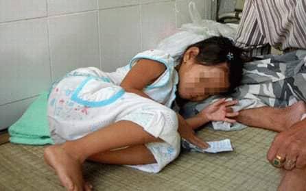 Phẫn nộ: Bé gái 7 tuổi bị bố của bạn dẫn vào rừng giở trò đồi bại