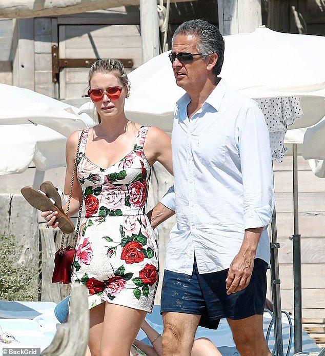 """Giữa """"tâm bão"""" Hoàng gia Anh, cháu gái Công nương Diana khoe nhẫn đính hôn 4 tỉ với ông trùm thời trang tuổi 61 - Ảnh 1."""