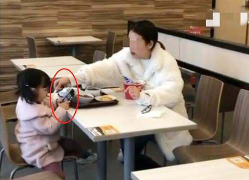 """Bức ảnh chụp lén cảnh người mẹ và con gái đi ăn, nhìn qua tưởng cô bé được mẹ yêu thương nhưng thực chất đứa trẻ đang bị """"đầu độc"""" - Ảnh 2."""