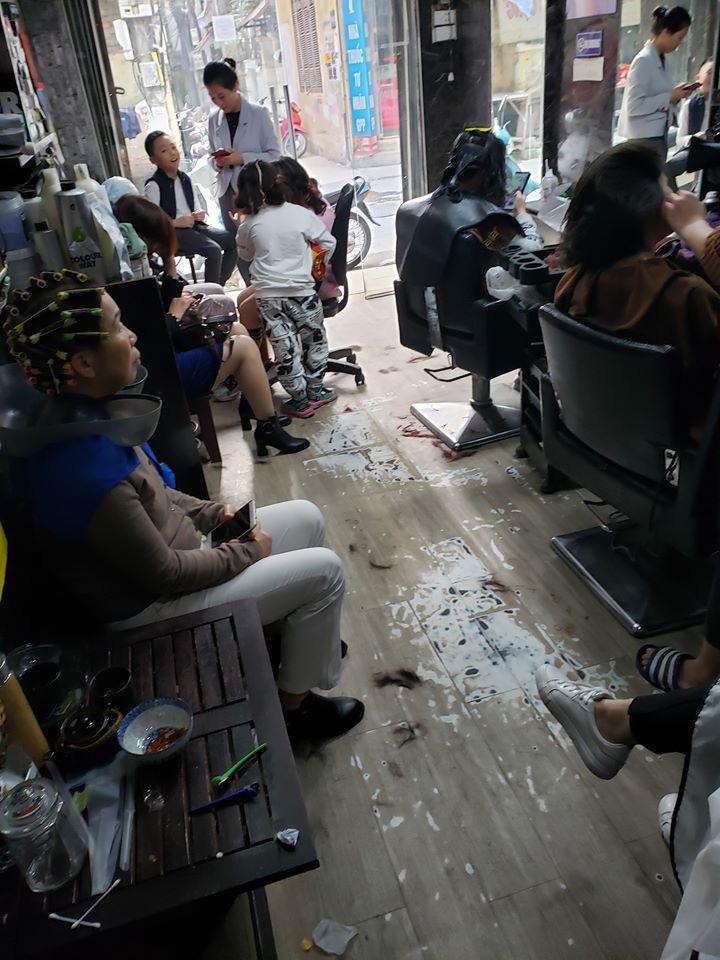 """Tình hình làm tóc của chị em ngày 26 Tết: Rất nhiều salon """"đăng đàn"""" quá tải, có nơi tận 10 - 11 giờ đêm còn chưa hết khách - Ảnh 1."""