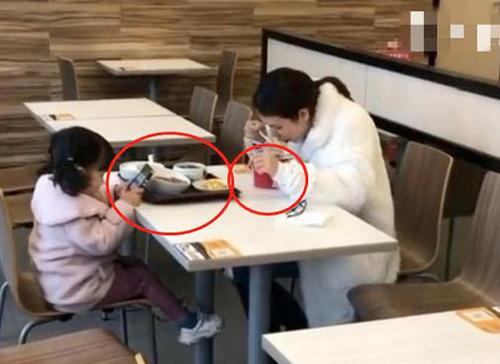 """Bức ảnh chụp lén cảnh người mẹ và con gái đi ăn, nhìn qua tưởng cô bé được mẹ yêu thương nhưng thực chất đứa trẻ đang bị """"đầu độc"""" - Ảnh 1."""