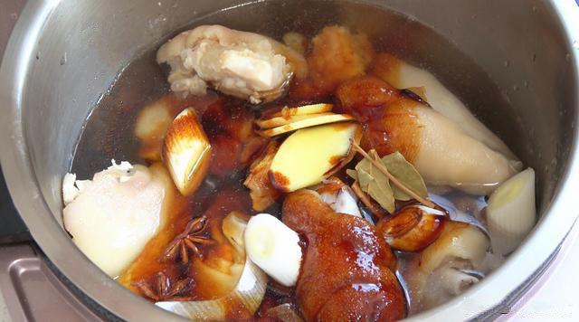 Tết tới gần làm món thịt chân giò nấu đông đơn giản chuẩn ngon - Ảnh 2.