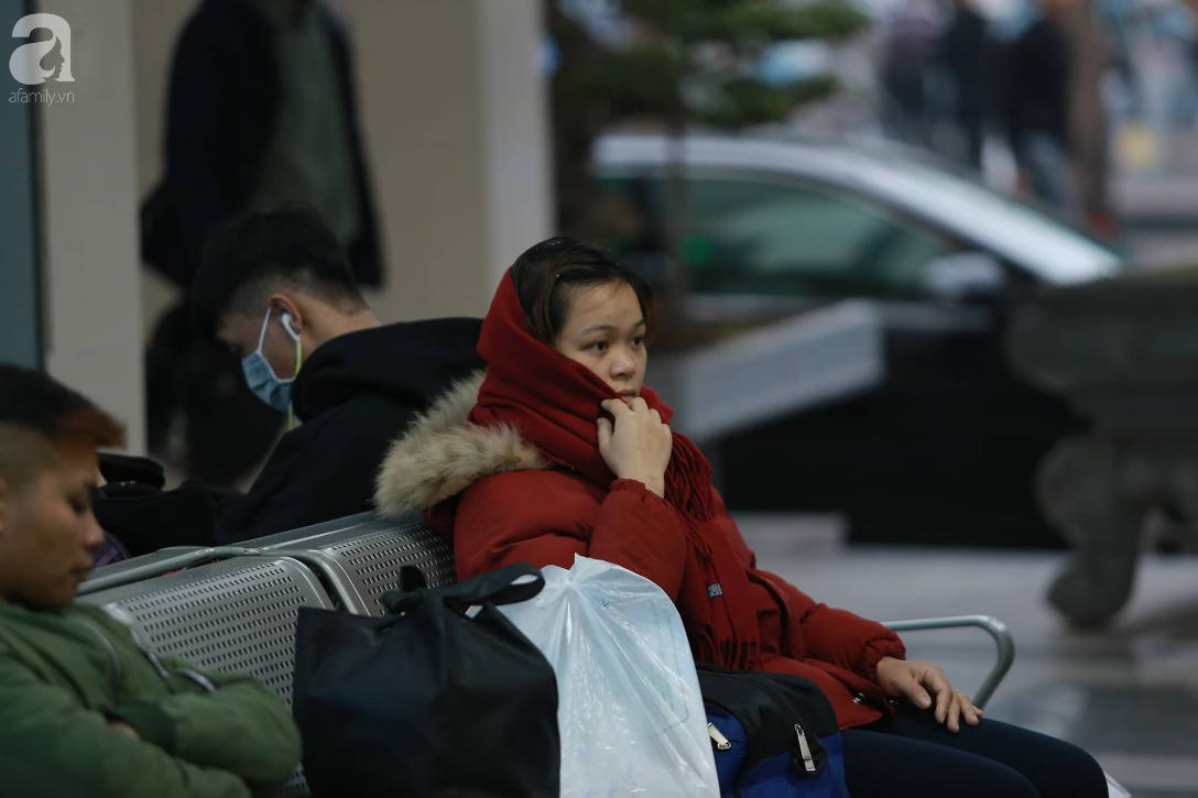 26 Tết nhiều người dân tay xách nách mang chờ đợi ở bến xe, đường phố Hà Nội vẫn tắc nghẽn  - Ảnh 2.