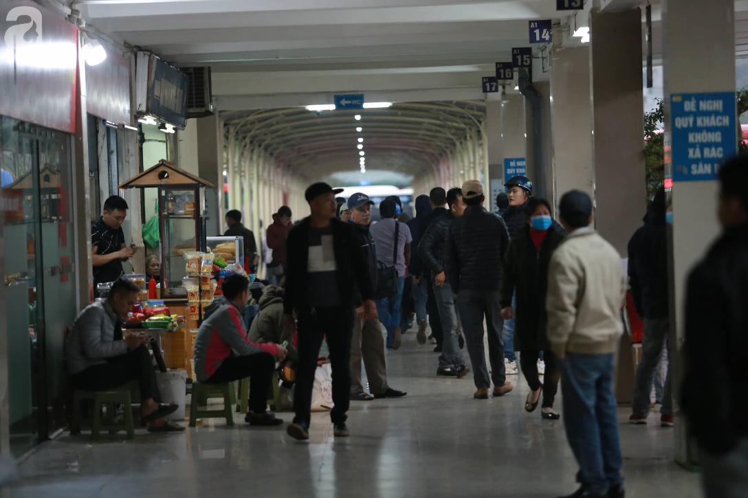 26 Tết nhiều người dân tay xách nách mang chờ đợi ở bến xe, đường phố Hà Nội vẫn tắc nghẽn  - Ảnh 3.