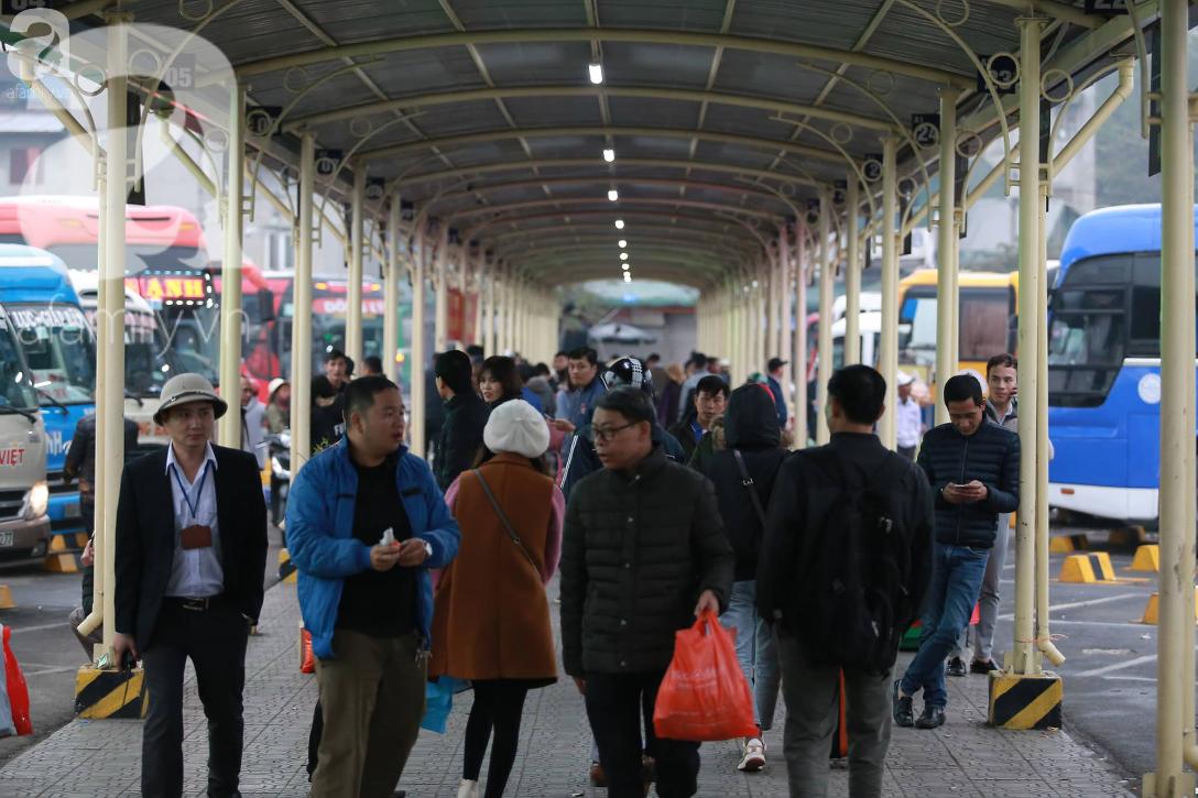 26 Tết nhiều người dân tay xách nách mang chờ đợi ở bến xe, đường phố Hà Nội vẫn tắc nghẽn  - Ảnh 4.