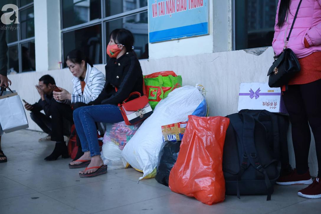 26 Tết nhiều người dân tay xách nách mang chờ đợi ở bến xe, đường phố Hà Nội vẫn tắc nghẽn  - Ảnh 6.