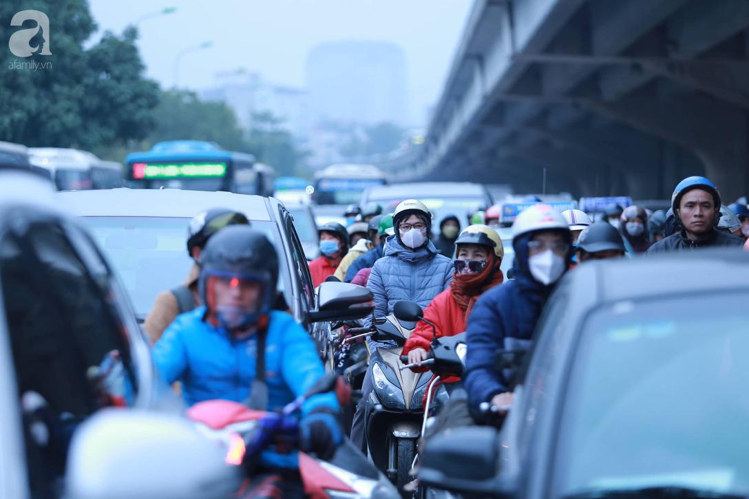 26 Tết nhiều người dân tay xách nách mang chờ đợi ở bến xe, đường phố Hà Nội vẫn tắc nghẽn  - Ảnh 13.