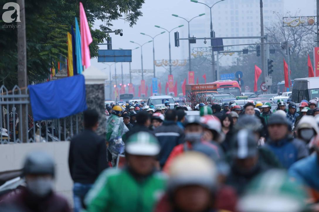 26 Tết nhiều người dân tay xách nách mang chờ đợi ở bến xe, đường phố Hà Nội vẫn tắc nghẽn  - Ảnh 14.