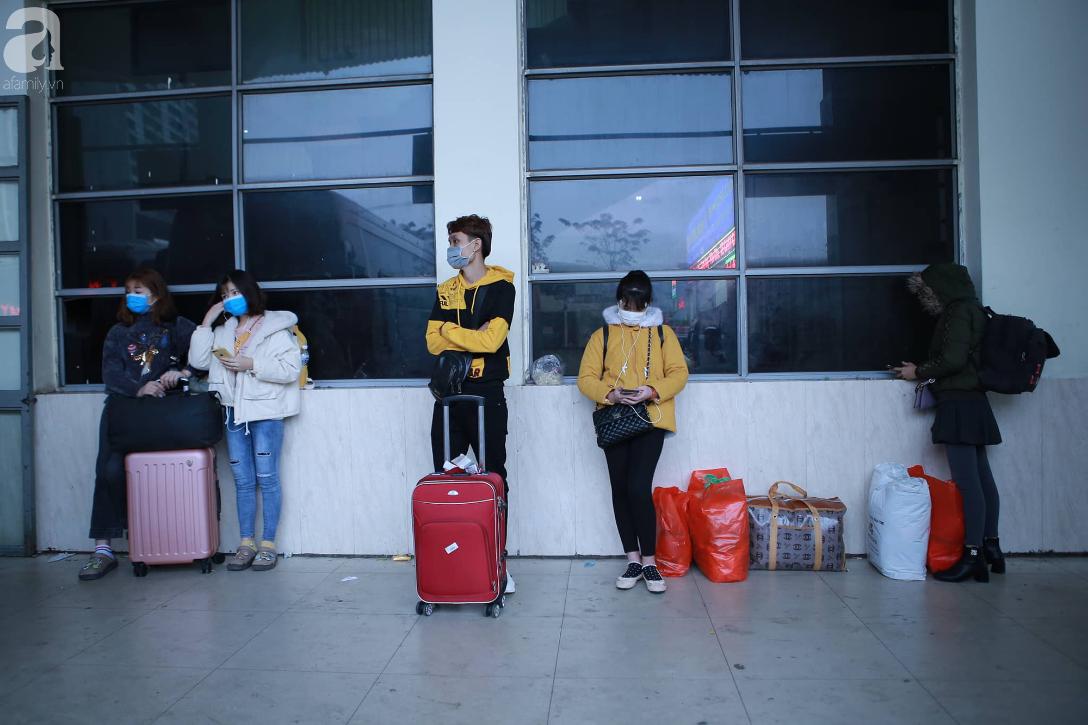 26 Tết nhiều người dân tay xách nách mang chờ đợi ở bến xe, đường phố Hà Nội vẫn tắc nghẽn  - Ảnh 15.