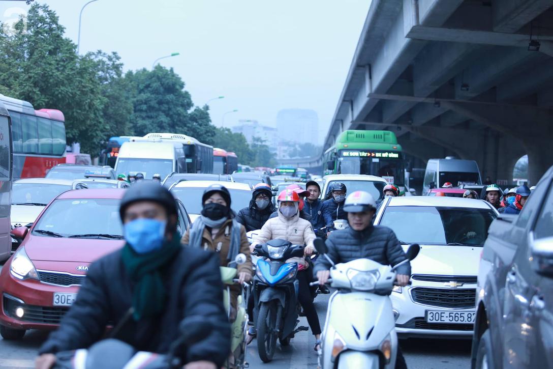 26 Tết nhiều người dân tay xách nách mang chờ đợi ở bến xe, đường phố Hà Nội vẫn tắc nghẽn  - Ảnh 16.