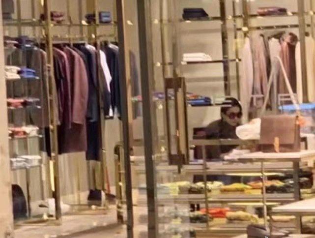 Lưu Diệc Phi lộ thân hình kém thon khi đi mua sắm - Ảnh 2.