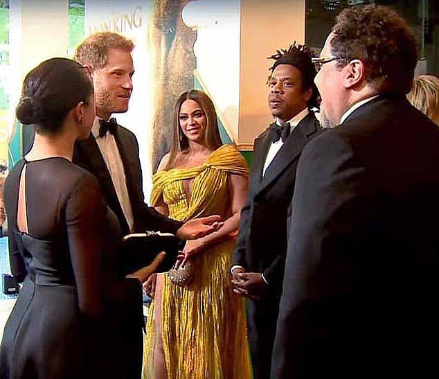"""Lộ khoảnh khắc Harry """"xin việc"""" lộ liễu cho Meghan Markle ngay trong sự kiện, vẻ mặt của người chứng kiến khiến ai cũng phải ngại dùm - Ảnh 1."""