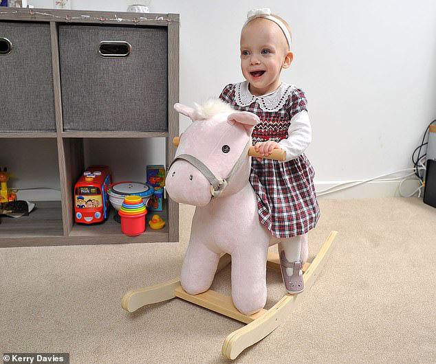 Bất chấp bác sĩ tiên lượng chỉ có 5% khả năng sống sót, em bé nhỏ nhất nước Anh ngày nào nay đã lớn khiến ai thấy cũng phải ngạc nhiên - Ảnh 6.