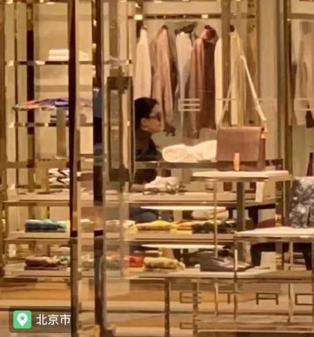 Lưu Diệc Phi lộ thân hình kém thon khi đi mua sắm - Ảnh 3.