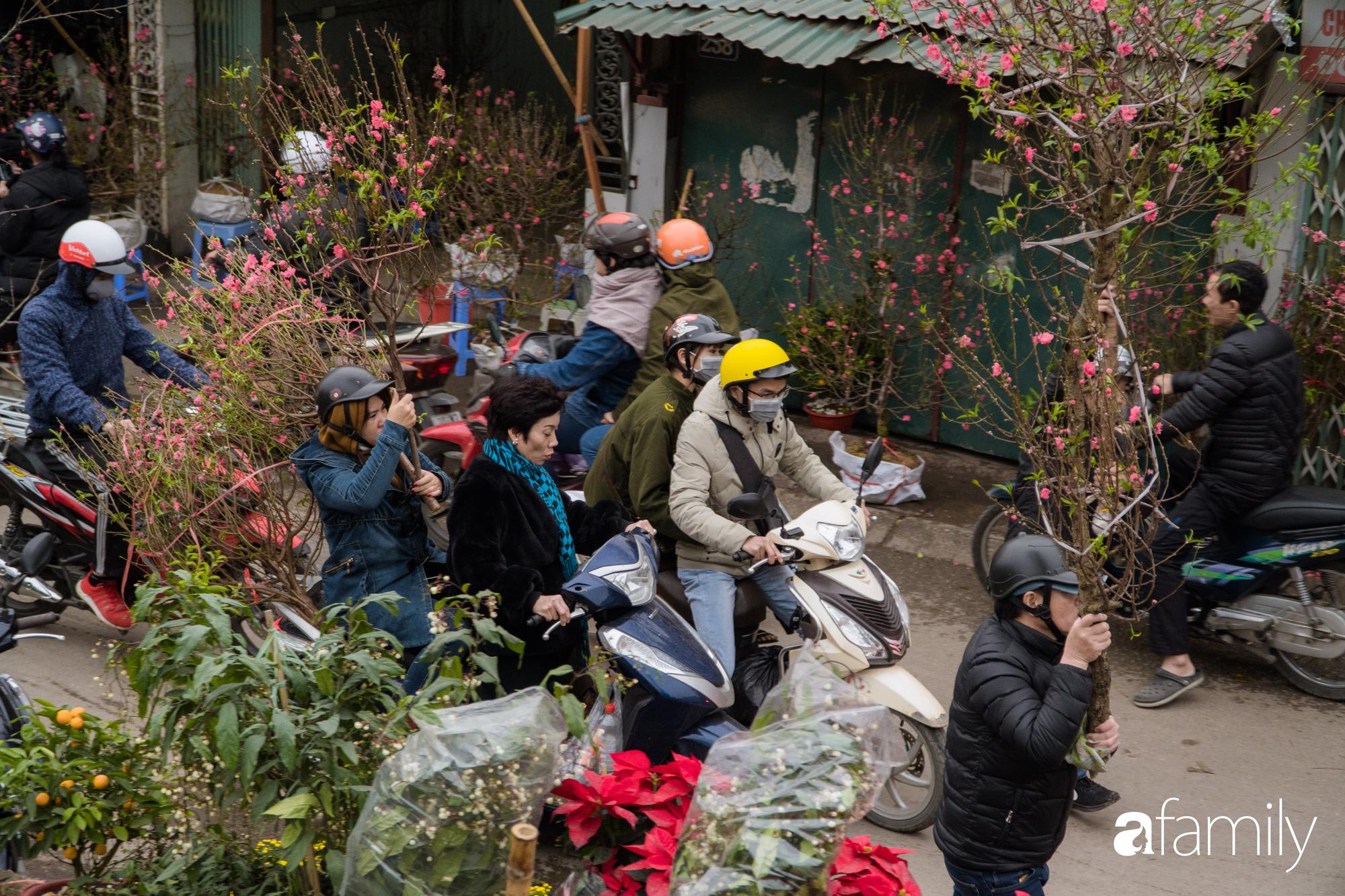 Những khoảnh khắc bình dị ngày cuối năm ở chợ hoa Quảng An, dù lạnh thấu xương nhưng người Hà Nội vẫn nô nức sắm hoa chơi Tết - Ảnh 16.