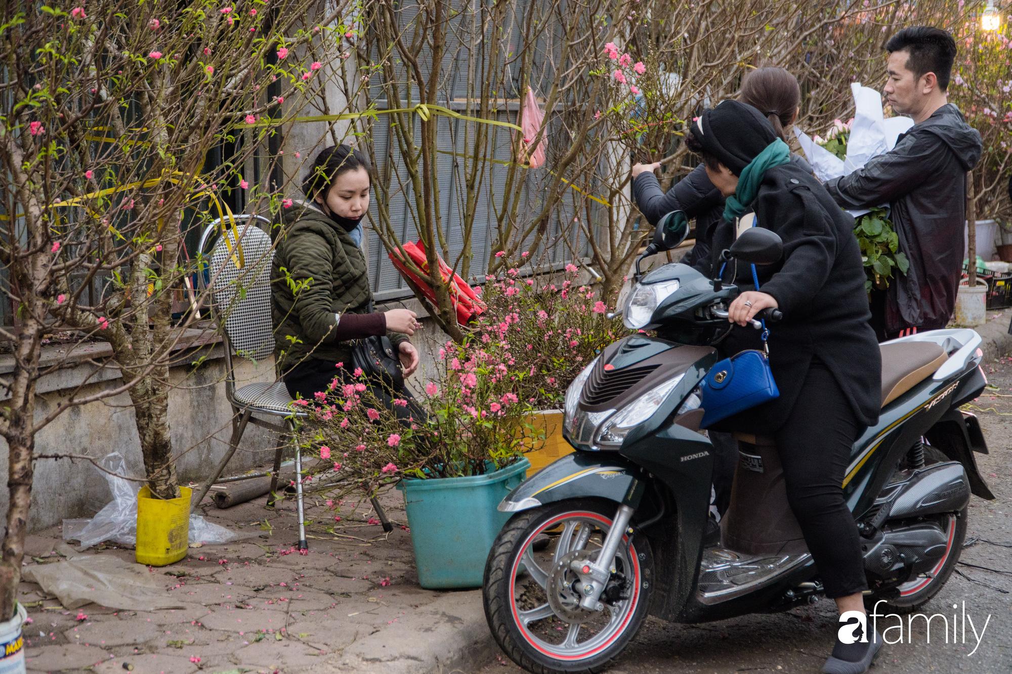 Những khoảnh khắc bình dị ngày cuối năm ở chợ hoa Quảng An, dù lạnh thấu xương nhưng người Hà Nội vẫn nô nức sắm hoa chơi Tết - Ảnh 19.