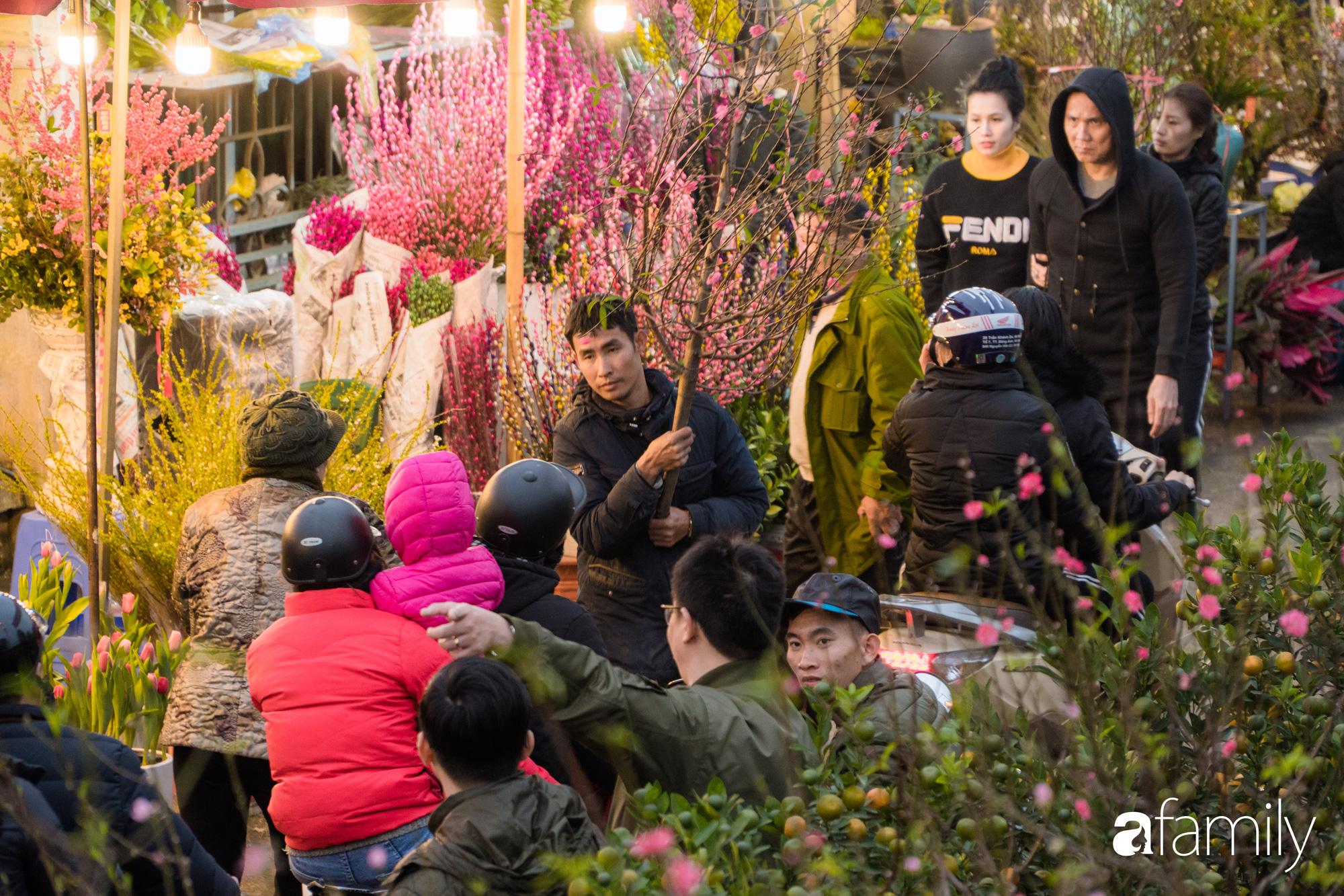 Những khoảnh khắc bình dị ngày cuối năm ở chợ hoa Quảng An, dù lạnh thấu xương nhưng người Hà Nội vẫn nô nức sắm hoa chơi Tết - Ảnh 9.