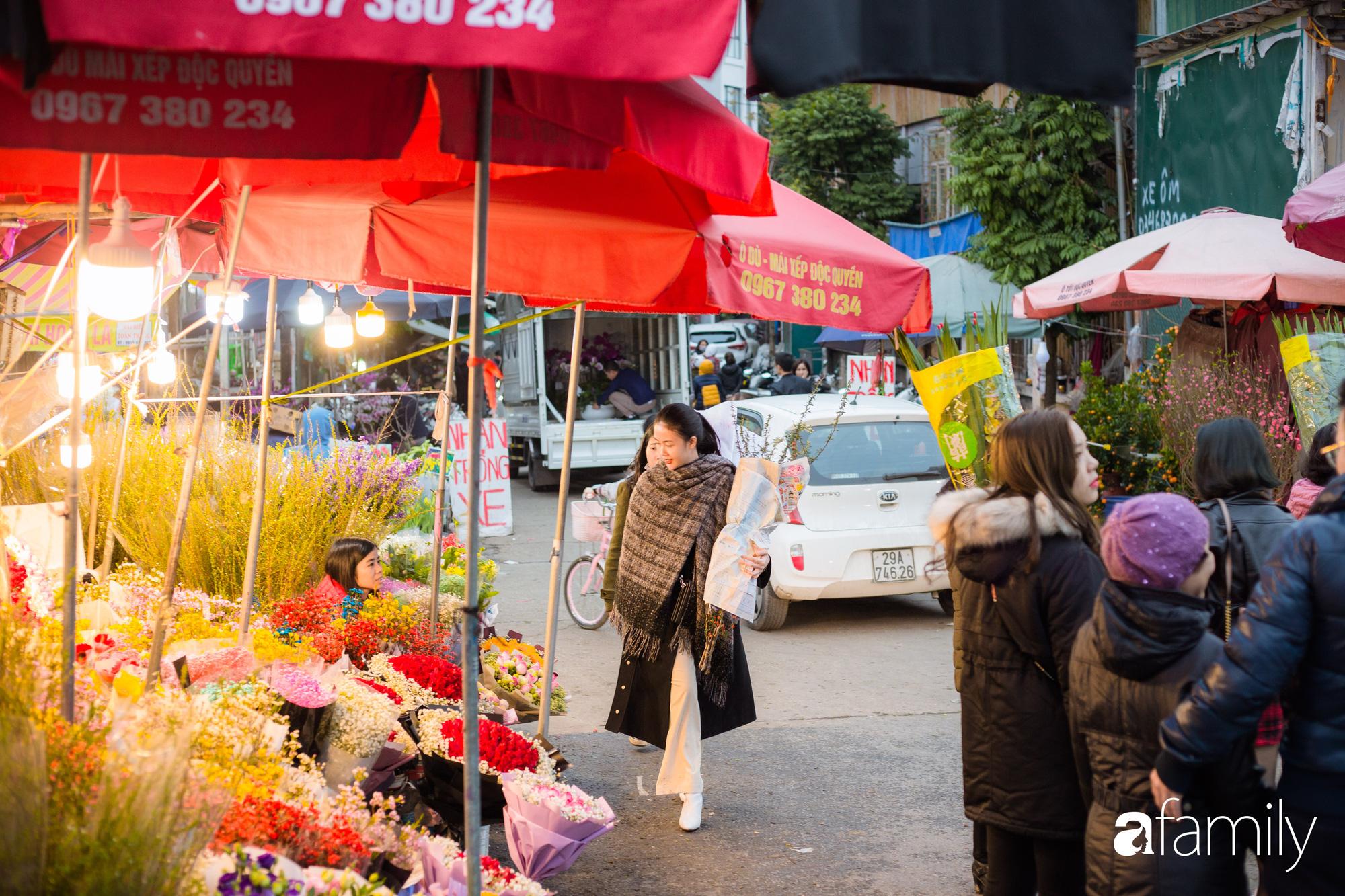 Những khoảnh khắc bình dị ngày cuối năm ở chợ hoa Quảng An, dù lạnh thấu xương nhưng người Hà Nội vẫn nô nức sắm hoa chơi Tết - Ảnh 8.
