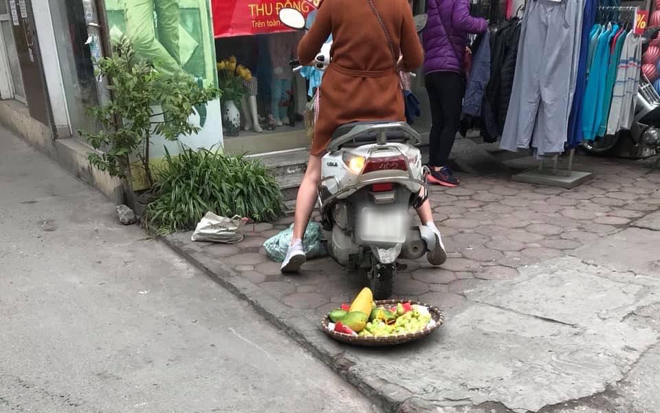 Phi xe cán nát sọt hoa quả của người bán hàng rong, chủ shop còn tỏ thái độ khiến ai cũng phẫn nộ