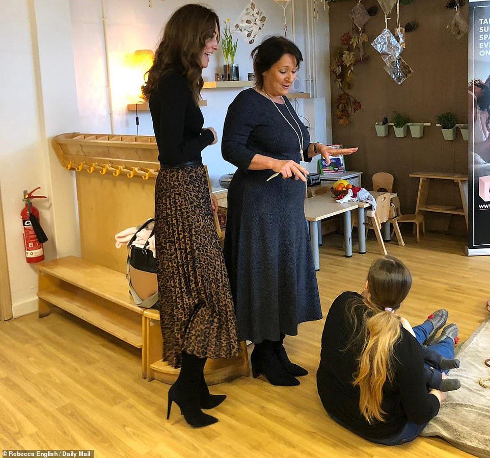 """Chẳng ngờ phía sau set đồ tưởng chừng giản dị của Công nương Kate Middleton lại """"chất chơi"""" nhường vậy - Ảnh 3."""