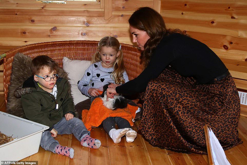 """Chẳng ngờ phía sau set đồ tưởng chừng giản dị của Công nương Kate Middleton lại """"chất chơi"""" nhường vậy - Ảnh 5."""
