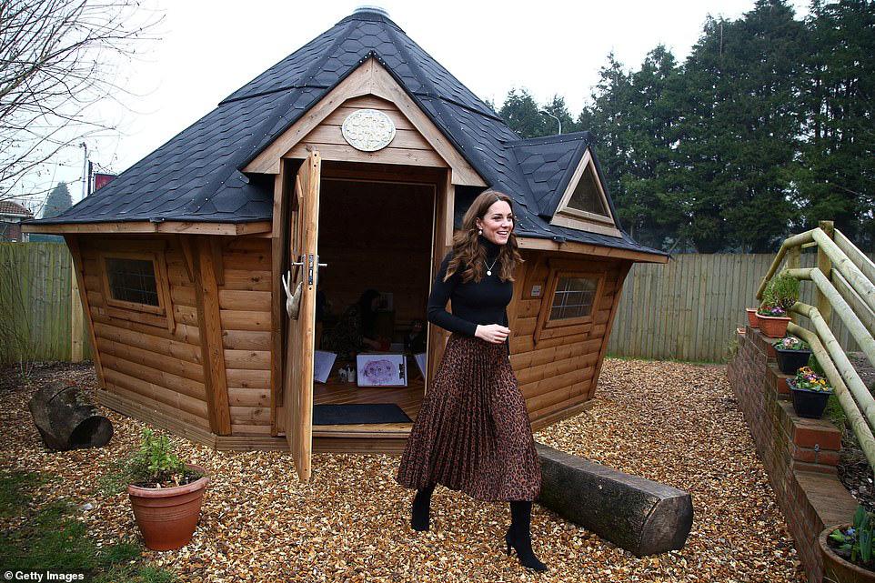 """Chẳng ngờ phía sau set đồ tưởng chừng giản dị của Công nương Kate Middleton lại """"chất chơi"""" nhường vậy - Ảnh 4."""