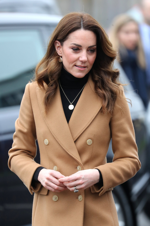 """Chẳng ngờ phía sau set đồ tưởng chừng giản dị của Công nương Kate Middleton lại """"chất chơi"""" nhường vậy - Ảnh 1."""